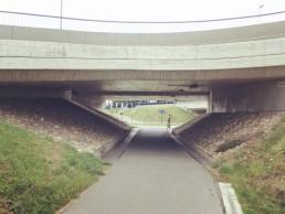 Wandel onder de brug en sla links af