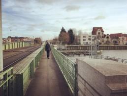 spoorwegbrug met rechts directeurswoning door Geo Henderick